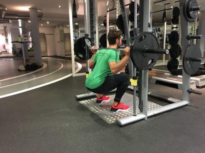 Kniebeugen an der Multipresse